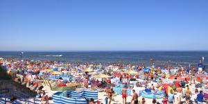 Akadu Mielno - plaża w Mielnie latem